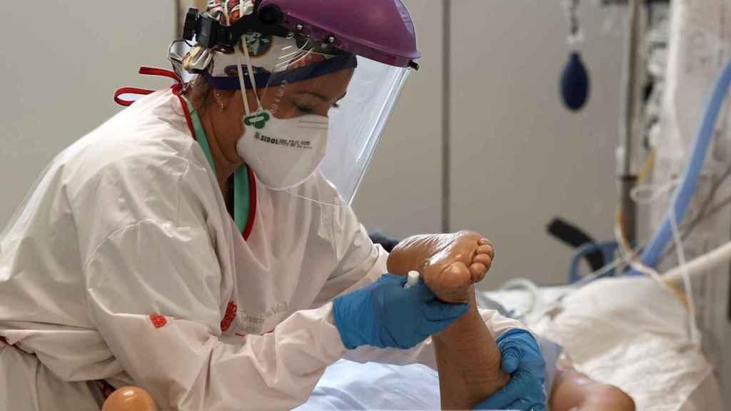 Una enfermera de la UCI del Complejo Hospitalario de Navarra atiende a un paciente. EFE/Jesús Diges