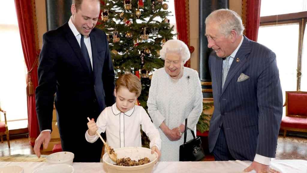 Los tres herederos al trono -Carlos, Guillermo y George- junto a la reina Isabel II.