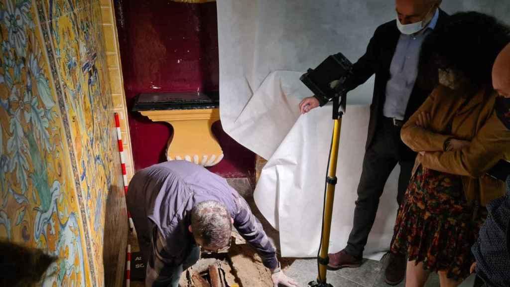 Arqueólogos en el lugar del hallazgo del sarcófago.
