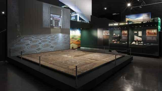 Vista del mosaico romano hallado en el yacimiento de Carabanchel, expuesto actualmente en el Museo de San Isidro.