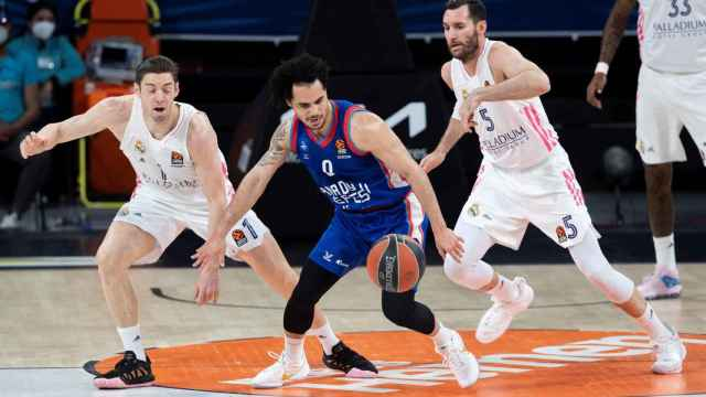 Causeur y Rudy (Real Madrid) defendiendo a Larkin (Anadolu Efes)