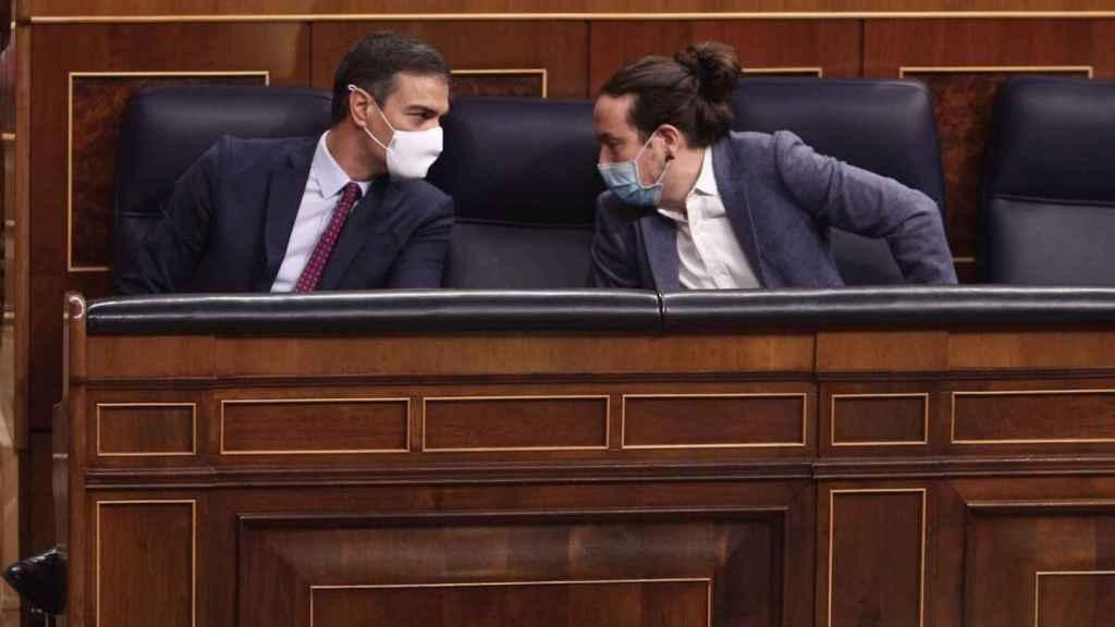 El presidente del Gobierno, Pedro Sánchez,  junto a Pablo Iglesias en el Congreso de los Diputados. Efe