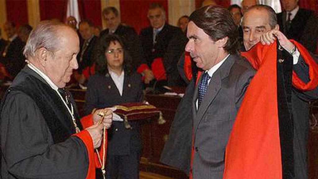 José Joaquín Puig de la Bellacasa entrega la insignia del Consejo de Estado a Aznar.
