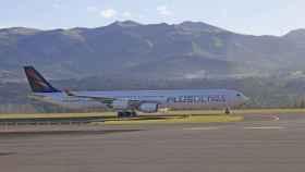 Un avión de la aerolínea Plus Ultra en un aeropuerto.