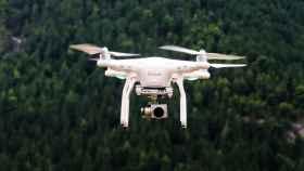 Un dron con una cámara mientras realiza un vuelo.
