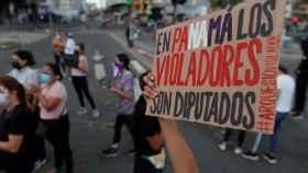 Uno de los carteles que portaban las manifestantes contra la sentencia.