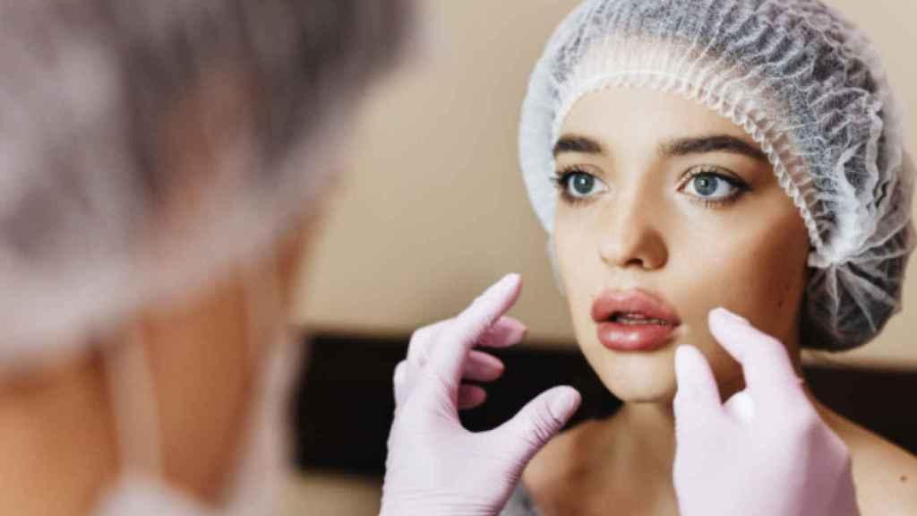 Una mujer antes de someterse a una intervención de aumento de labios.