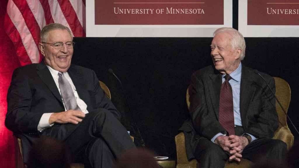 Walter Mondale y Jimmy Carter en una conferencia en Washington en 2015.