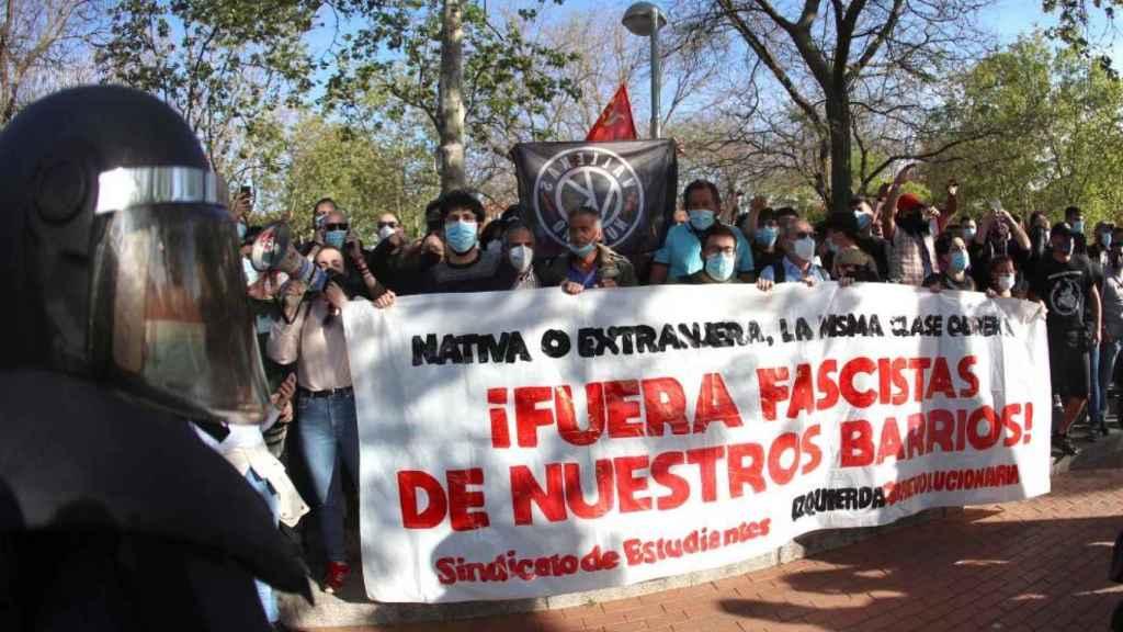 Los manifestantes se concentran en torno al acto de precampaña de Vox en Vallecas.