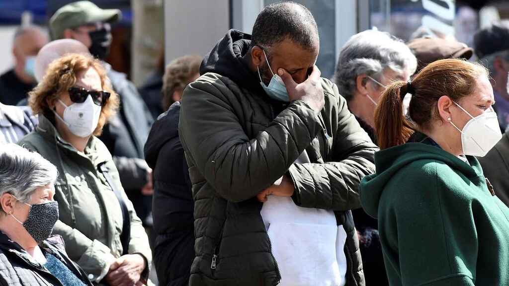 Un vecino de Mansilla de las Mulas (León) llora la muerte de Paula M. durante el minuto de silencio celebrado este martes.
