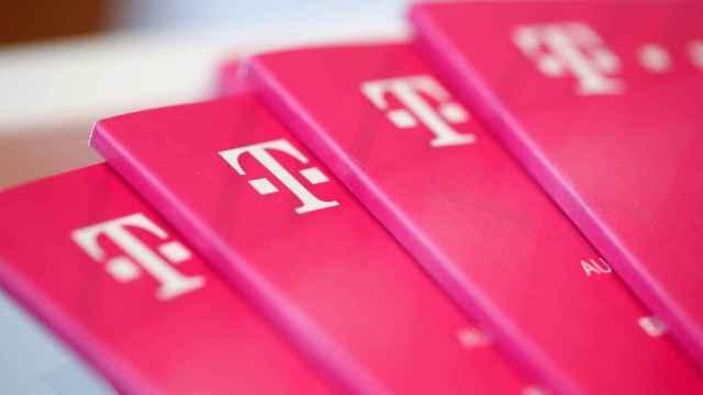 Catálogos con el logotipo de Deutsche Telekom.