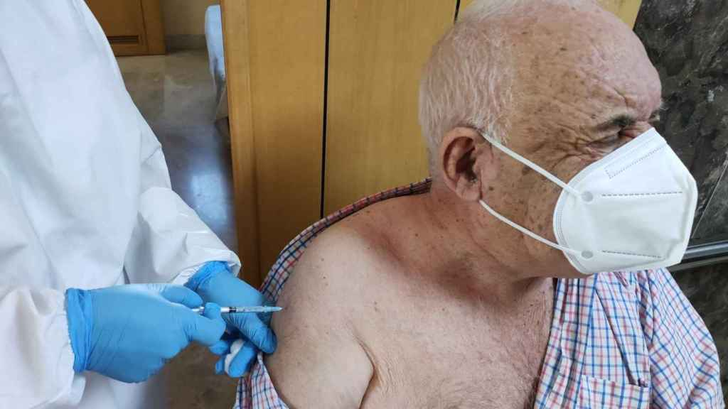 Un sanitario vacuna a un hombre en Ceuta.
