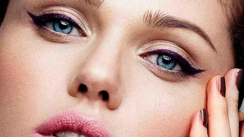 El 'eyeliner' gráfico gana relevancia esta temporada, potenciando la mirada.
