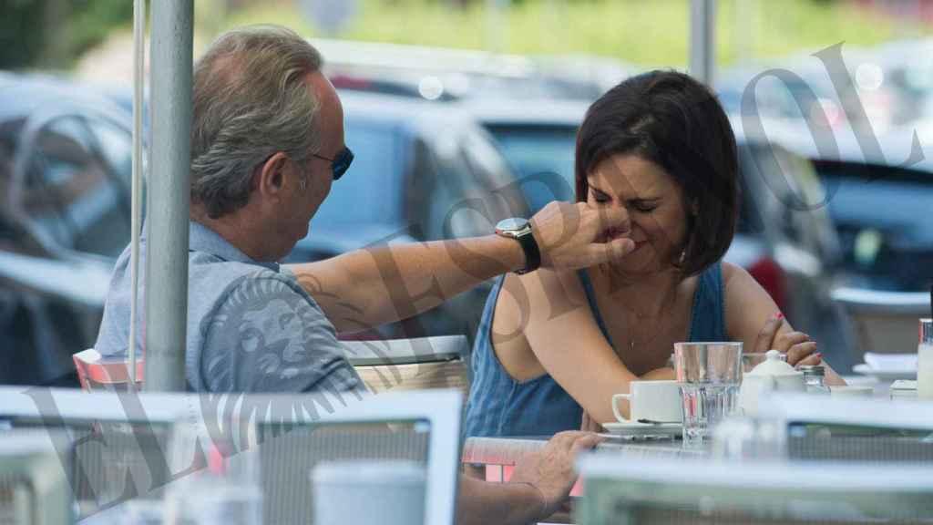 Silvia Jato y su marido durante una comida en una terraza.