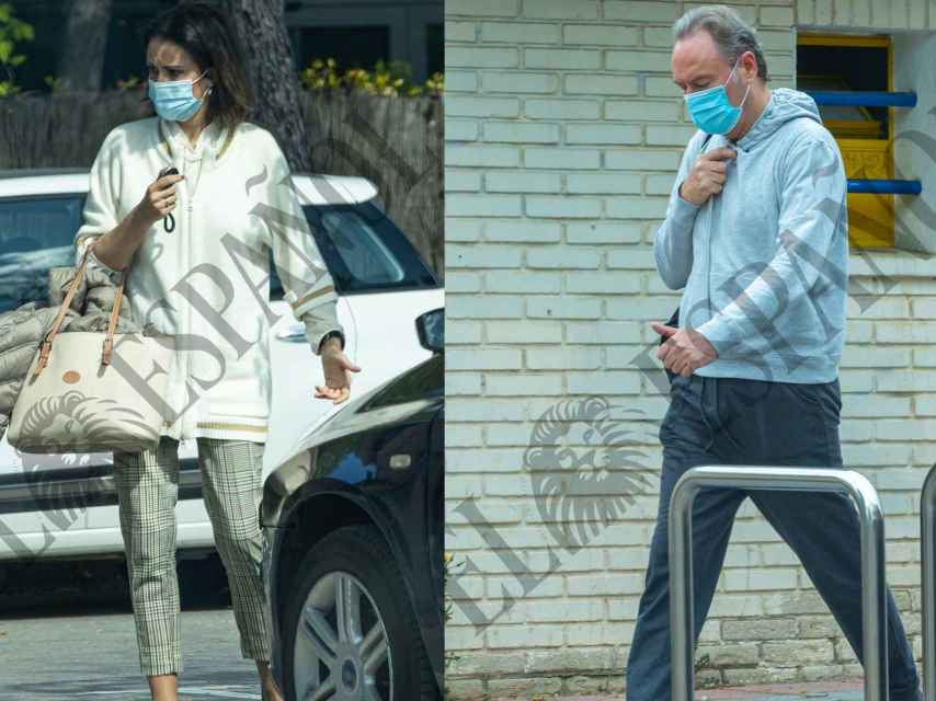 Jato y su marido por las calles de su urbanización haciendo diligencias.