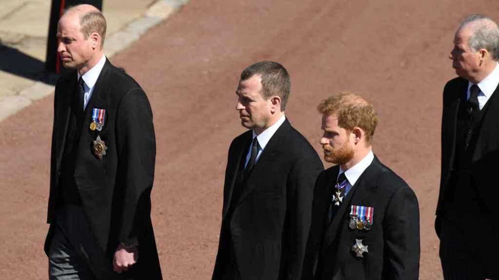 Guillermo y Harry separados por su primo Peter durante el funeral de su abuelo.