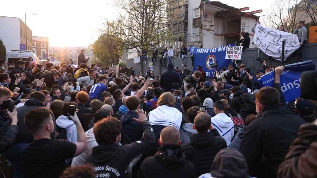 Los aficionados del Chelsea protestan por la Superliga Europea