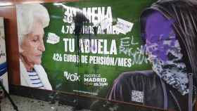 El cartel de Vox sobre menores extranjeros no acompañados vandalizado este miércoles en la estación de Sol.