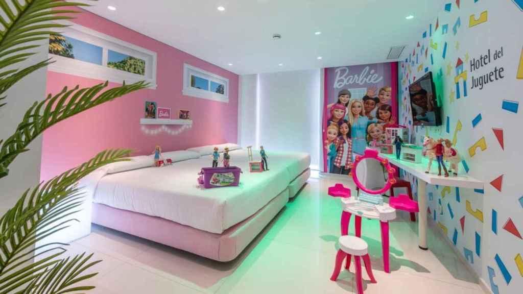 La habitación de Barbie del Hotel del juguete está diseñada como si fuera la casa de Malibú de la muñeca.