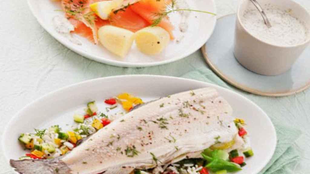 Pescado graso como fuente de ácidos omega-3 y yogur como prebiótico y probiótico.