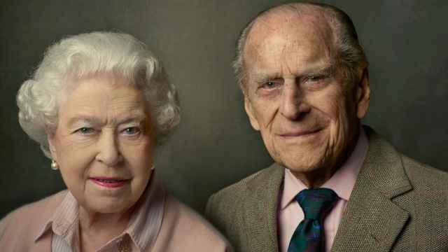 La reina Isabel II junto al duque de Edimburgo en una foto publicada en el Twitter de la casa real inglesa.