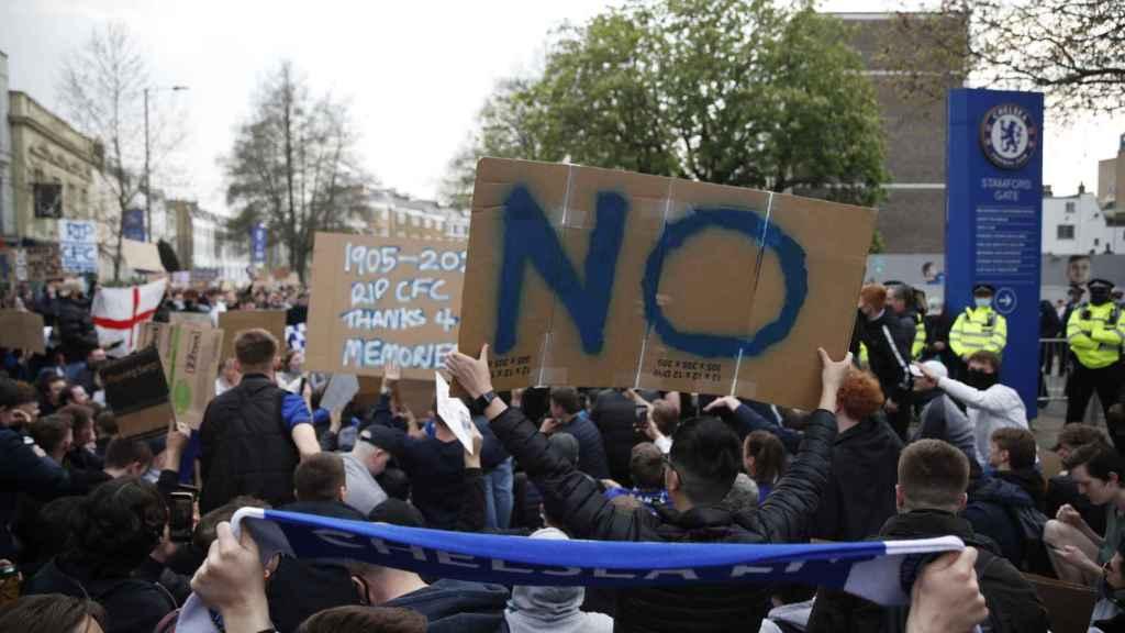 Las protestas de los aficionados del Chelsea que metieron presión al club inglés para salir de la Superliga Europea