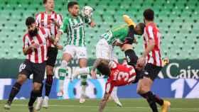 Betis y Athletic pelean un balón alto
