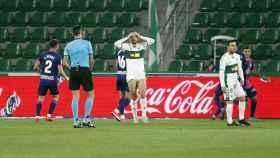 Los jugadores del Elche se lamentan ante el Valladolid