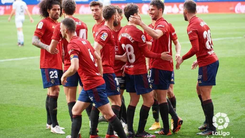 Piña de los jugadores de Osasuna para celebrar un gol ante el Valencia