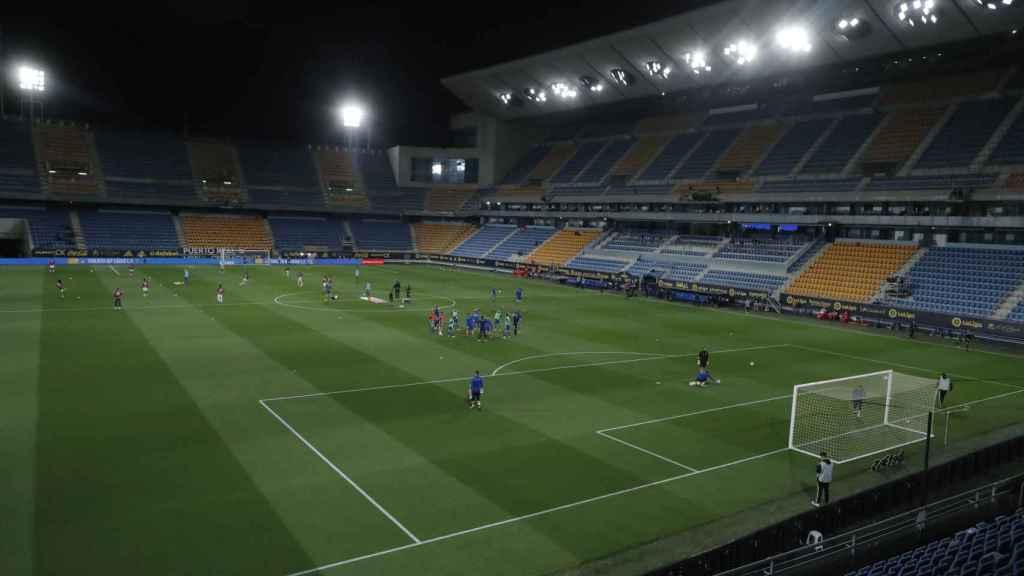 Estadio Ramón de Carranza con los jugadores calentando