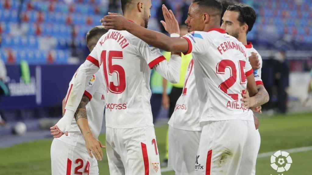 Piña de los jugadores del Sevilla para celebrar el gol de En-Nesyri ante el Levante
