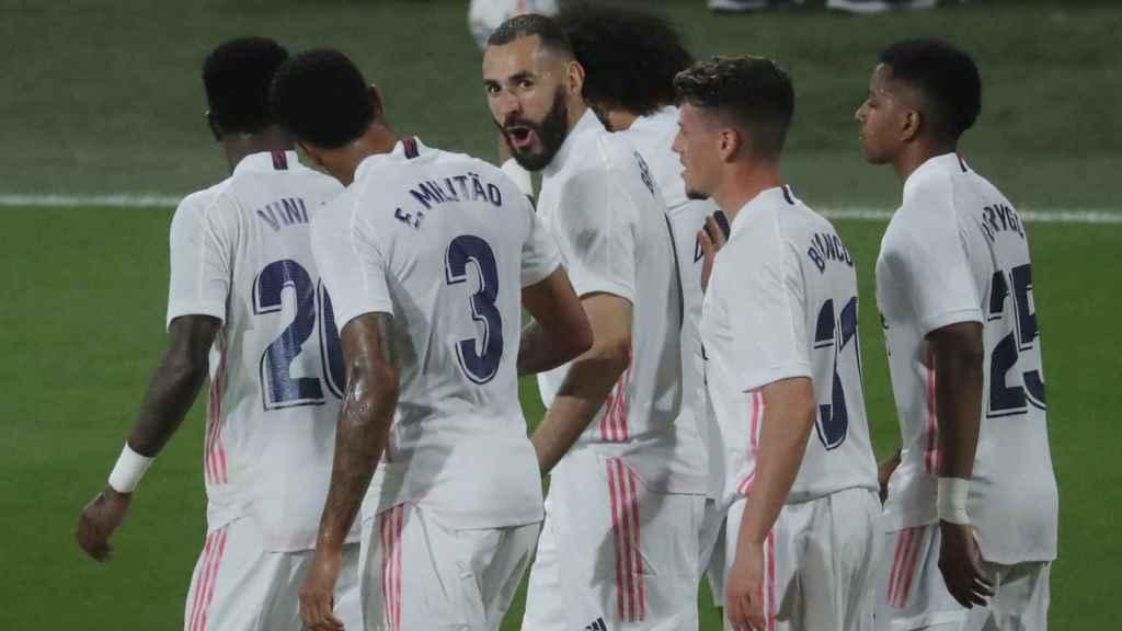 Benzema celebra con los jugadores del Real Madrid su gol al Cádiz