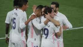 Odriozola celebra con sus compañeros del Real Madrid su gol al Cádiz