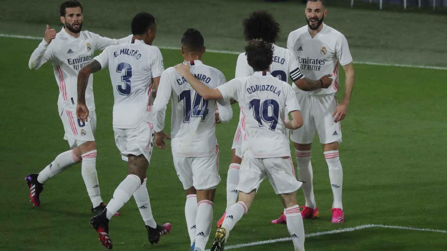 Benzema celebra con los jugadores del Real Madrid