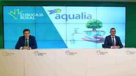 Firma del convenio suscrito por el director general de Eurocaja Rural, Víctor Manuel Martín López, y el director de la delegación en Castilla-La Mancha de FCC Aqualia S.A., Matías Loarces Úbeda, en los Servicios Centrales de la entidad financiera