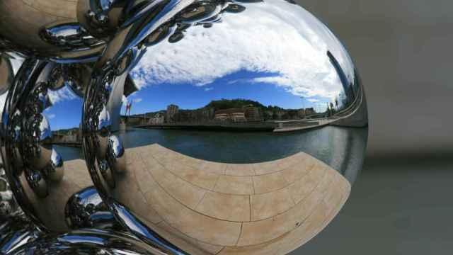 La ría de Bilbao, reflejada en una bola ornamental.  FOTO: Pixabay.