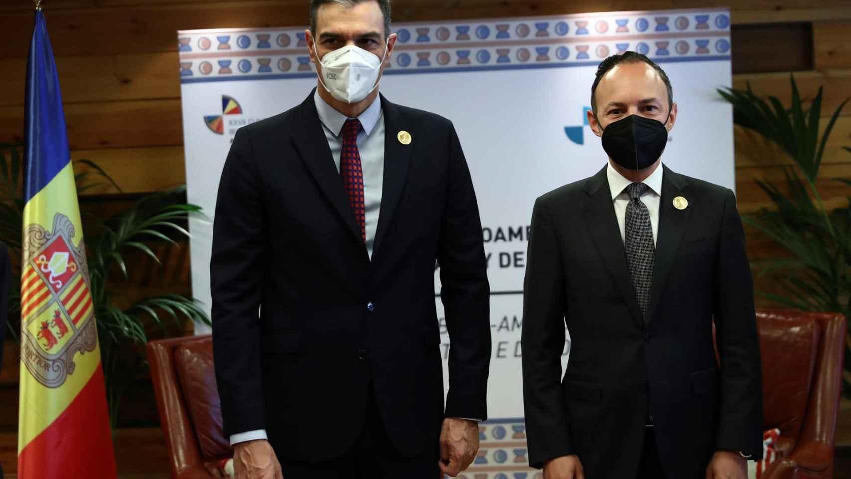 El presidente del Gobierno, Pedro Sánchez, es recibido por el de Andorra, Xavier Espot. Efe