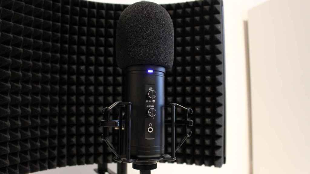 El micrófono incluye botones para un control más directo.