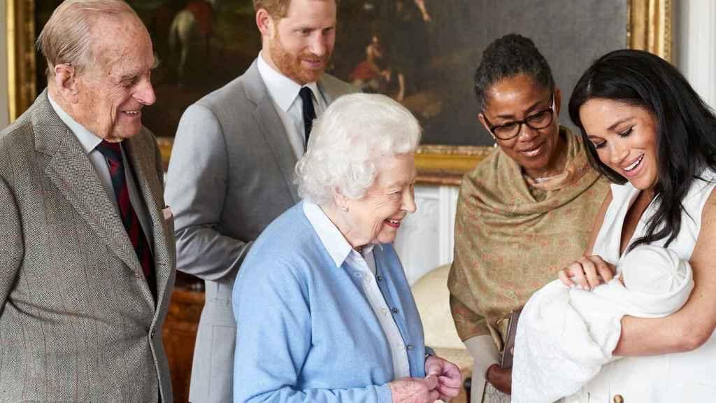 Los miembros principales de la familia real británica el día que presentaron en sociedad a Archie.