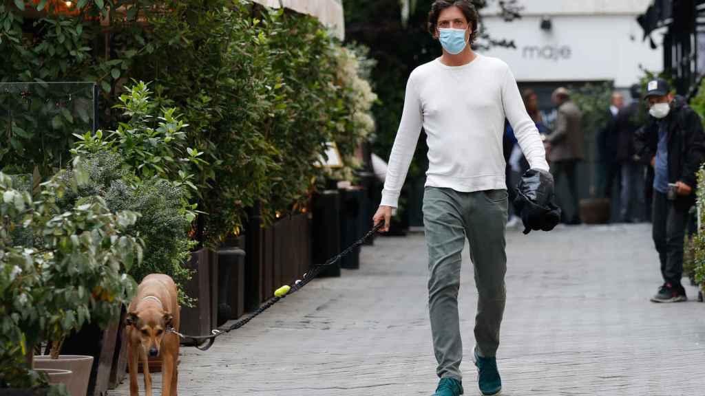 Luis Medina paseando a su perro con 'look casual' en Madrid, donde reside.