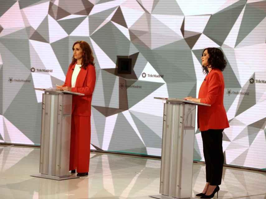 Isabel Díaz Ayuso y Mónica García durante el debate.