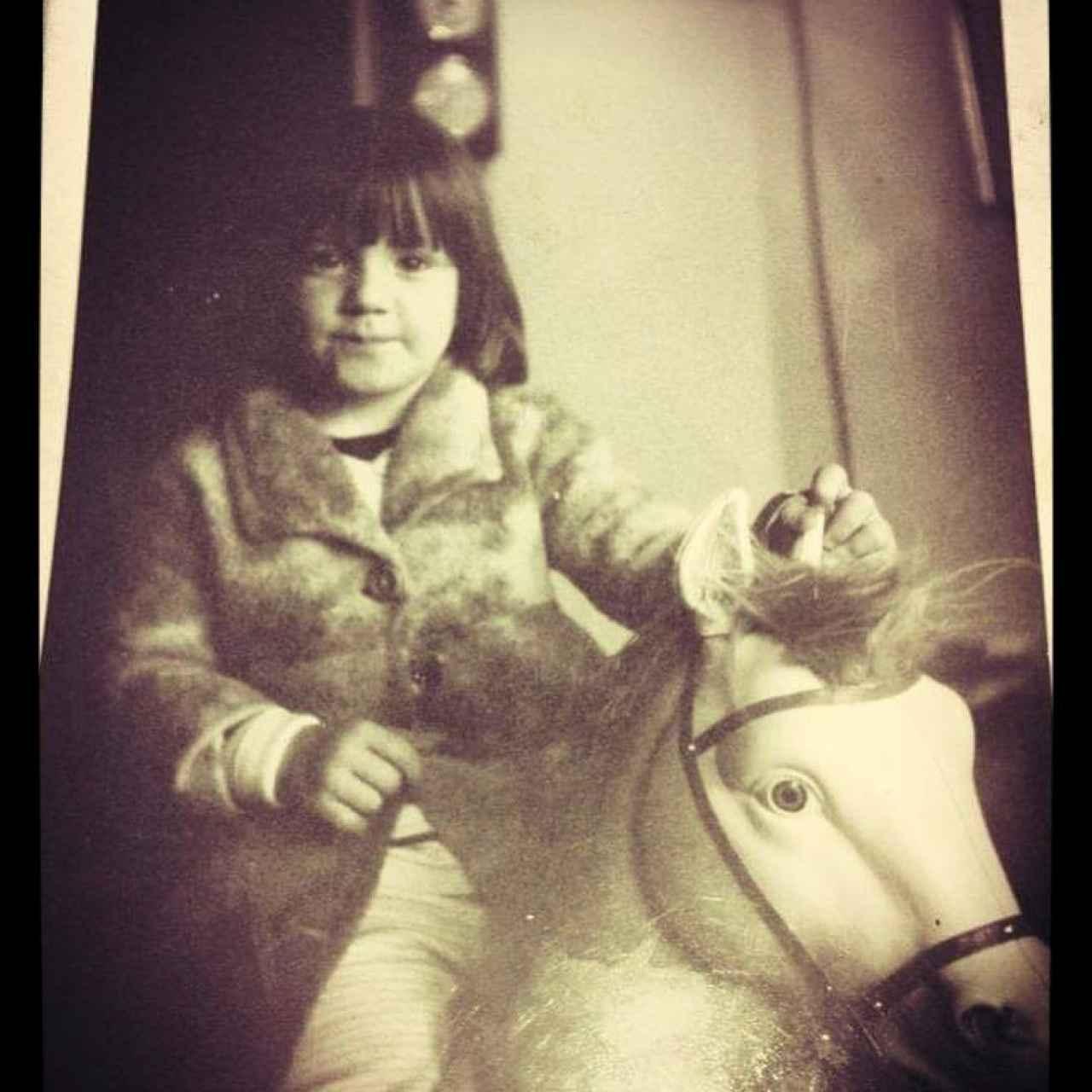 La actriz en una foto de niña compartida en su cuenta de Instagram.