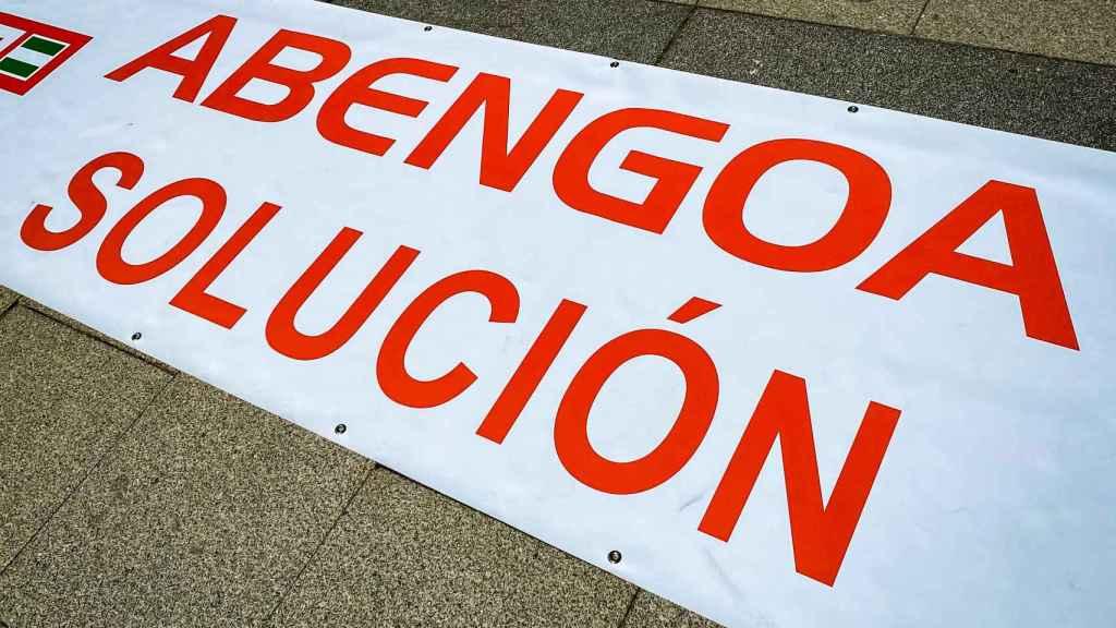 Pancarta de los trabajadores de Abengoa en la protesta de este jueves.