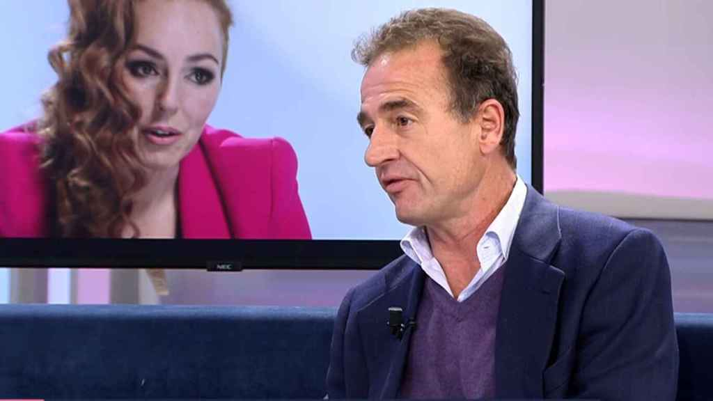 Alessandro Lequio en el plató de 'El programa de Ana Rosa' con una imagen del documental de Rocío de fondo.
