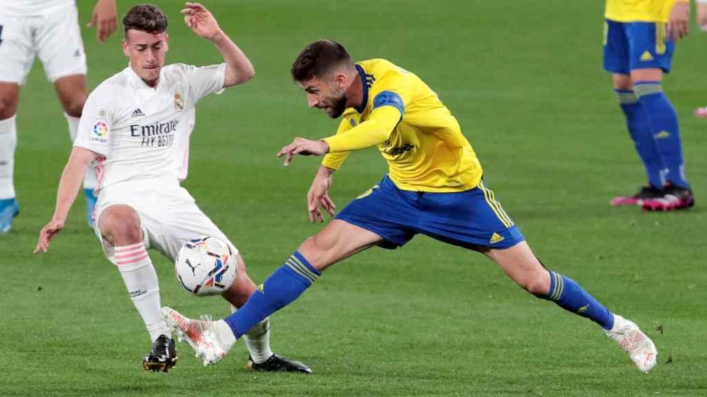 Antonio Blanco, frente a un jugador del Cádiz