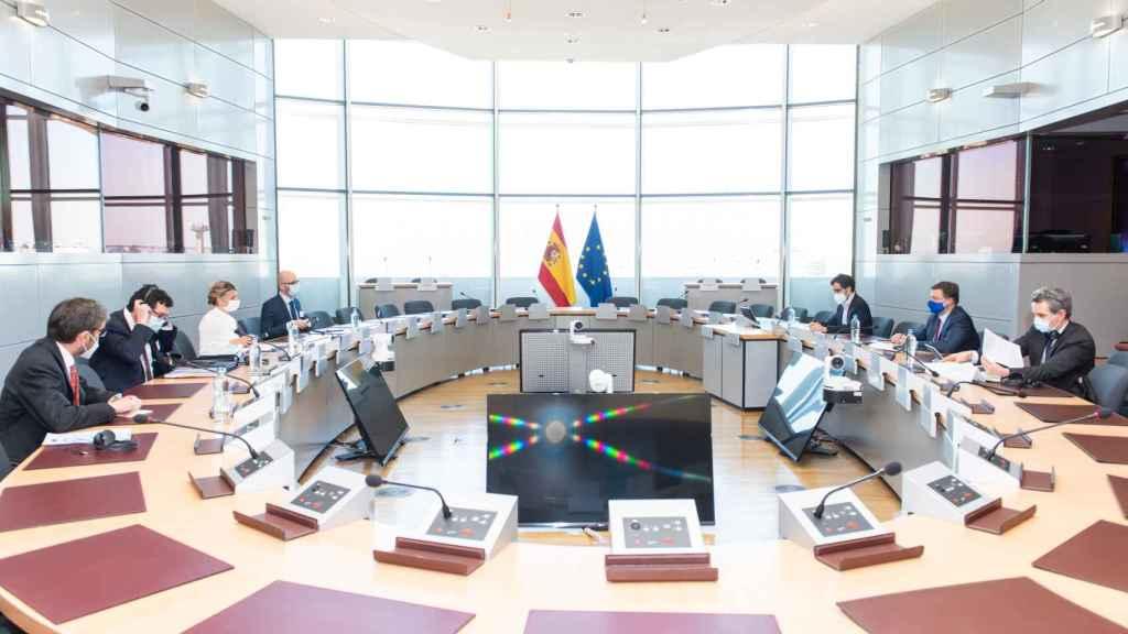 Yolanda Díaz y Valdis Dombrovskis, durante su reunión de este jueves en Bruselas