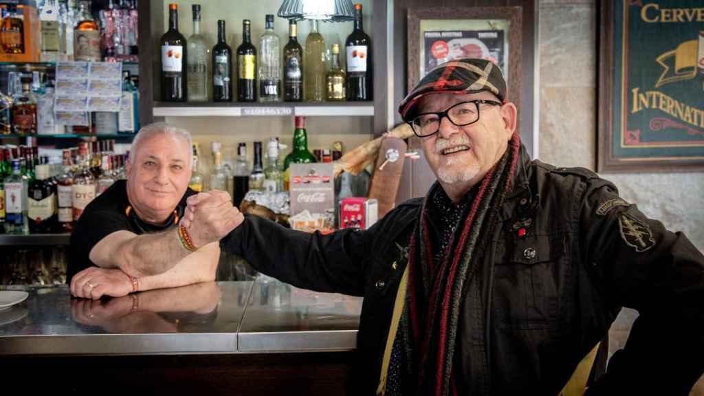 Matías, de VOX, y Manuel, del PSOE, hablan de política a diario y son muy amigos.