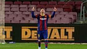 Messi celebra su gol señalando al cielo