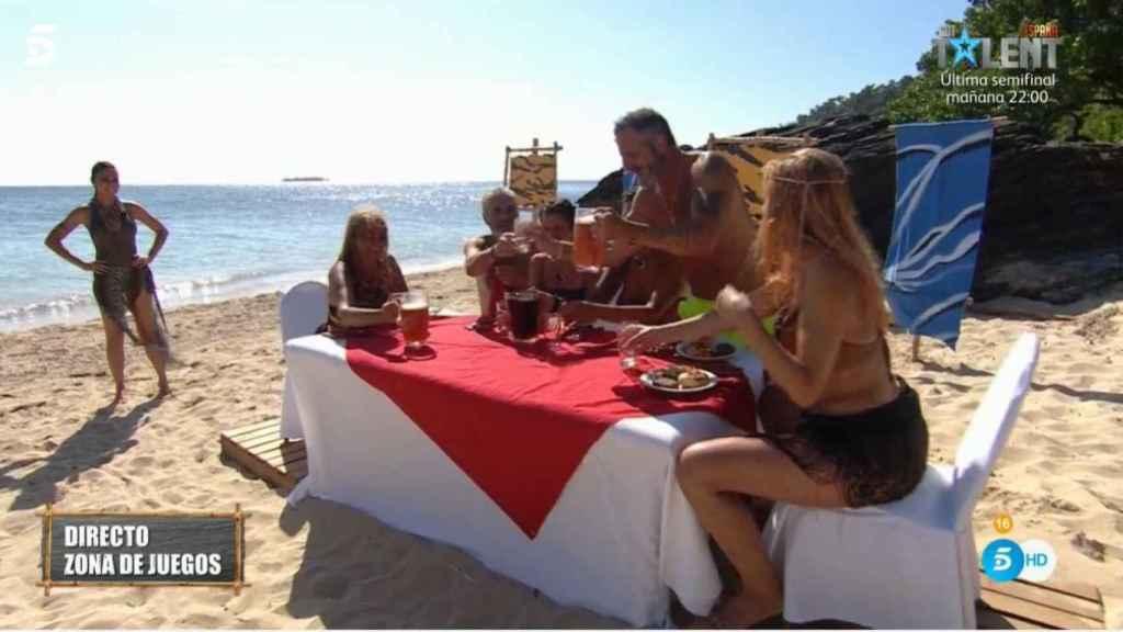 Los del Barco Encallado comiendo la barbacoa.