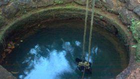Afloramiento de agua subterránea en un pozo.